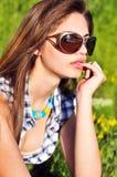 eftertänksamt solglasögonslitage för flicka Arkivbild