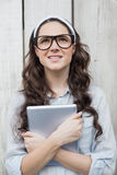 Eftertänksam moderiktig kvinna med stilfulla exponeringsglas som rymmer hennes minnestavla Arkivfoton