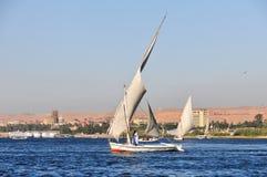 Egípcio Nubian em um Felucca Imagens de Stock