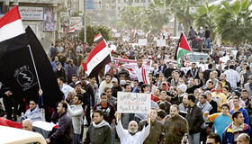 Egípcios que demonstram de encontro à brutalidade do exército Fotos de Stock