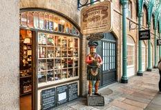 Egar och Snuff Parlour shoppar med den near ingången för den traditionella vakten för högländarestatyställningar Royaltyfri Fotografi