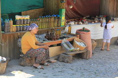 Egeïsch gebied - Assos-het Kasteel, Behramkale-de straten, de verkopers en de gift winkelen royalty-vrije stock afbeelding