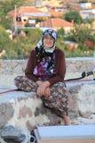 Egeïsch gebied - oude dorpsbewonervrouwen die bij de windmolen zitten stock foto