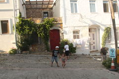 Egeïsch gebied - Tenedos-eiland, kunst, bij de winkels, huizen (mijn zoon loopt bij de straat) Royalty-vrije Stock Afbeeldingen