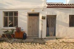 Egeïsch gebied - Tenedos-eiland, oude huizen en deuren Stock Fotografie