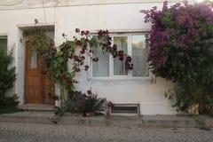 Egeïsch gebied - Tenedos-eiland, oude huizen en deuren royalty-vrije stock afbeelding