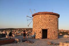 Egeïsch gebied - windmolen die aan zonsondergang kijken royalty-vrije stock afbeeldingen