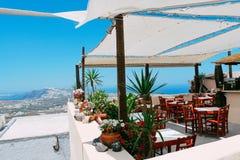 Egeïsch overzees en restaurant in Pyrgos in Santorini-eiland, Griekenland royalty-vrije stock afbeelding