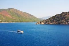 Egeïsch overzees landschap met schip stock fotografie