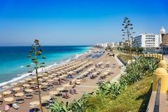 Egeïsch strand met sunshades in stad van Rhodes Rhodes, Griekenland royalty-vrije stock afbeeldingen