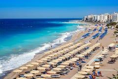 Egeïsch strand met sunshades in stad van Rhodes Rhodes, Griekenland royalty-vrije stock foto's