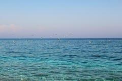 Egeïsch zeegezicht: turkooise blauwe overzees en rotsachtig strand royalty-vrije stock afbeelding