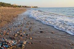 Egeïsche dorpen - zonsondergang bij het strand stock afbeeldingen