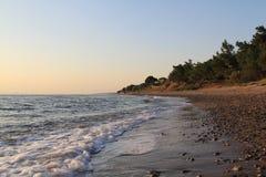 Egeïsche dorpen - zonsondergang bij het strand Royalty-vrije Stock Afbeeldingen