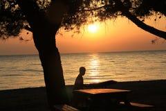 Egeïsche dorpen - zonsondergang bij het strand Royalty-vrije Stock Afbeelding