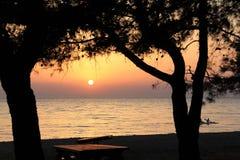 Egeïsche dorpen - zonsondergang bij het strand Stock Foto's