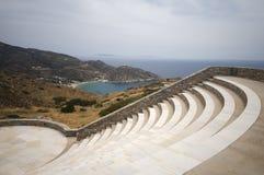 Egeïsche Ios Griekenland van het strand van Mylopotas van het amfitheater Stock Afbeeldingen