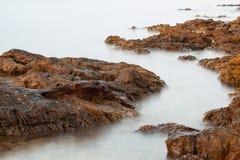 Egeïsche kust in Griekenland, Thassos-eiland - golven en rotsen Royalty-vrije Stock Afbeelding