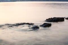 Egeïsche kust in Griekenland, Thassos-eiland - golven en rotsen Royalty-vrije Stock Foto's