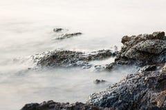 Egeïsche kust in Griekenland, Thassos-eiland - golven en rotsen Royalty-vrije Stock Foto