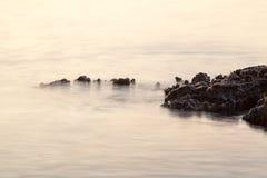 Egeïsche kust in Griekenland, Thassos-eiland - golven en rotsen Royalty-vrije Stock Afbeeldingen