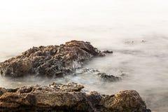 Egeïsche kust in Griekenland, Thassos-eiland - golven en rotsen Stock Afbeelding