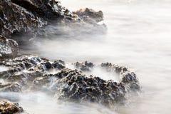 Egeïsche kust in Griekenland, Thassos-eiland - golven en rotsen Stock Afbeeldingen