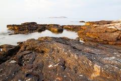 Egeïsche kust in Griekenland, Thassos-eiland - golven en rotsen Stock Fotografie