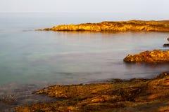 Egeïsche kust in Griekenland, Thassos-eiland - golven en rotsen Royalty-vrije Stock Fotografie