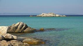Egeïsche overzees en kust met rotsen in Thassos-eiland, Griekenland stock videobeelden