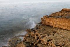 Egejski brzeg w Grecja, Thassos wyspie, - fala i skały Obrazy Stock