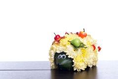 Egel van bloemen op een lijst aangaande een geïsoleerde witte achtergrond Royalty-vrije Stock Afbeelding