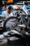 Egen-cykel reparation fotografering för bildbyråer