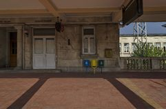 Egen-hus och passundersökning i plattformen av järnvägsstationen royaltyfri foto