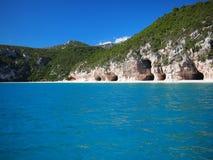 Egenskapa grottor av den Cala Luna stranden Arkivbild