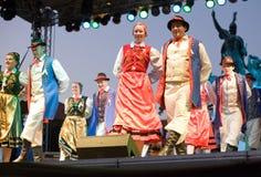 EGER - 18 AUGUSTUS: Traditionele poetsmiddelvolksdans. Stock Afbeeldingen