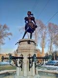 Eger/Hungria - 11 de fevereiro de 2017: Fountan de uma jovem senhora fotografia de stock