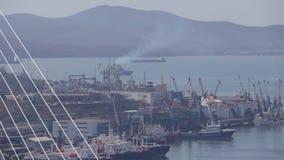 Egersheld, el centro de ciudad de Vladivostok con un puerto de comercio del mar, niebla en Vladivostok metrajes