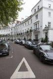 Egertonhalve maan in Londen kensington met dure donkere auto's o Stock Foto
