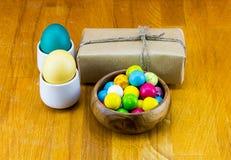 Egg желтый желтый цвет при подарочная коробка обернутая в бумаге kraft и шаре покрашенных шоколадов Весна пасхи изображения празд Стоковое Изображение RF