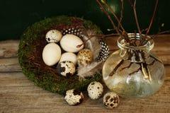 egg таблица древесины гнезда ветви вазы пасхи стеклянная Стоковая Фотография RF