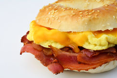 Bagel with fried bacon, scrumbled eggs and cheddar cheese Royalty Free Stock Photos