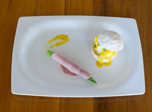 Egg benedict with ham and hollandaise sauce Royalty Free Stock Photography