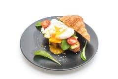 egg a Benedicto con el aguacate, los tomates y ensalada - sanos o vegano Imagen de archivo