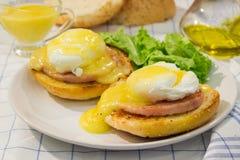 Egg Benoît avec du jambon rôti, les pains grillés et la sauce fraîche à hollandaise Image libre de droits