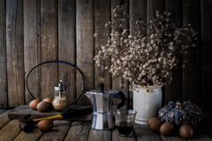 Egg, café viejo, pequeñas flores secas, estafa de bádminton vieja, bottl Imagen de archivo