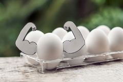 Egg com músculos, conceito da proteína do ovo, nutrição dos esportes, dieta Imagens de Stock Royalty Free