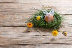 Egg con la cinta en una jerarquía con las flores Imagenes de archivo