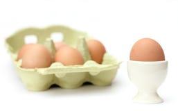 Egg con la huevera y los huevos en un conjunto Foto de archivo libre de regalías