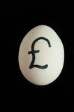 Egg con la muestra de moneda de GBP en ella Foto de archivo